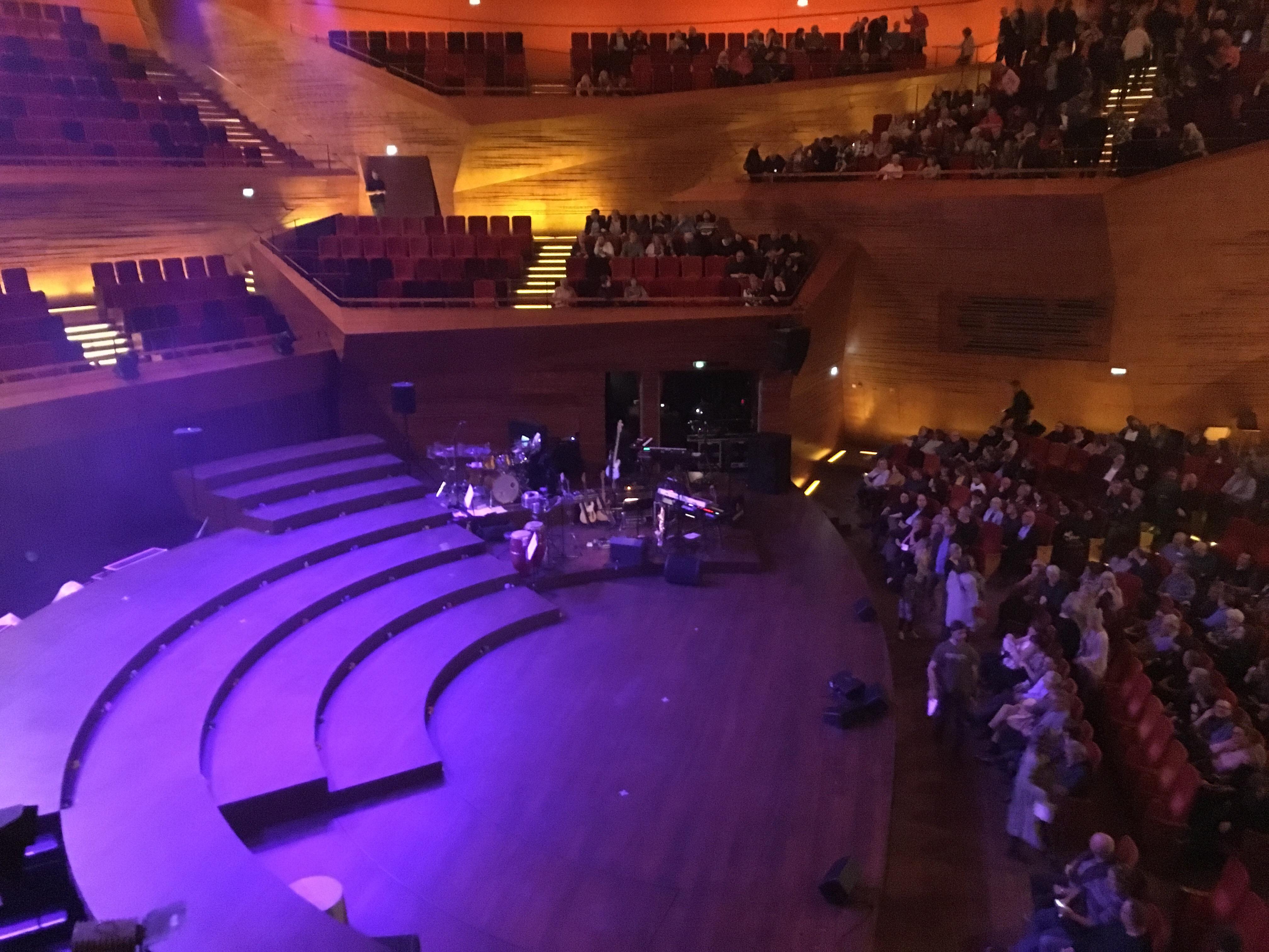 Læderhalsene - Scenen i DR Koncerthuset's koncertsal.